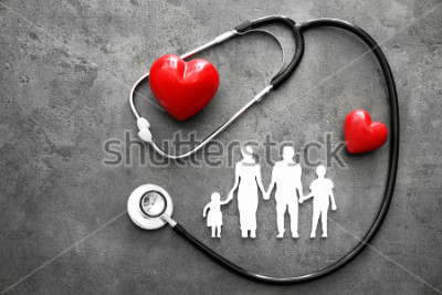 Fototapeta Rodzinna postać, czerwone serca i stetoskop na szarym tle. Pojęcie opieki zdrowotnej