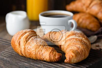 Fototapeta Rogaliki, kawa i sok pomarańczowy. Śniadanie kontynentalne. Zamknąć widok