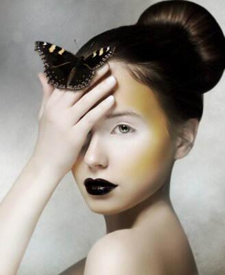 Fototapeta Romantyczny Kobieta gospodarstwa Butterfly w ręku. Kaprys