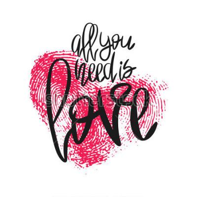 Fototapeta Romantyczny plakat z napisem i serce odcisków palców. Czarny odręczny zwrot Wszystko czego potrzebujesz to miłość i różowy odcisk kciuka na białym tle. Wektorowa nowożytna kaligrafia dla walentynka dn