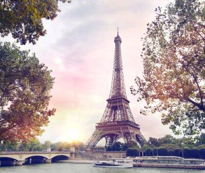 Fototapeta Romantyczny zachód słońca tła. Wieża Eiffla z łodzi na Sekwanie w Paryżu we Francji.