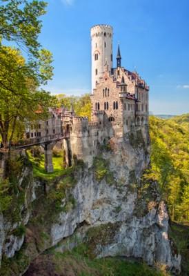 Fototapeta Romantyczny zamek Lichtenstein z fantazyjne zdobione wieże siedzi na skale w Schwarzwaldzie, Wurttemberg, Germany