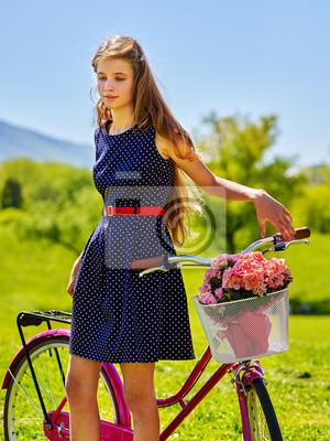 1266009e Fototapeta: Rowery dziewczyna rowerów. dziewczyna nastolatka nosi niebieskie