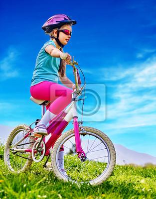 d6333e63 Fototapeta: Rowery na rowerze dziecko. dziewczyna jeździ rowerem.  dziewczynka