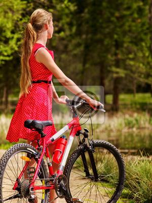 e2395727 Fototapeta: Rowery na rowerze dziewczynę. dziewczyna nosi czerwone kropki