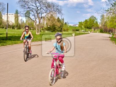 6454e928 Fototapeta: Rowery na rowerze dziewczynę. dziewczynka jedzie na rowerze w
