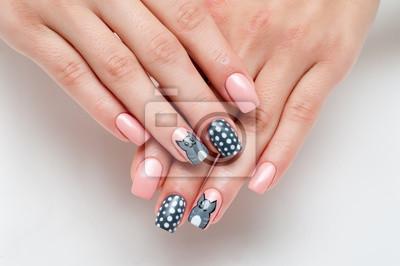 Różowa Manicure Na Długie Kwadratowe Paznokcie Z Malowanym Szarym