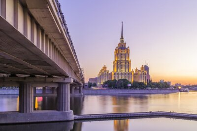 Fototapeta Różowa słońca w hotelu Ukraina w Moskwie nocy