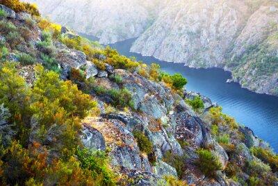 Fototapeta Rzeka z wysokim brzegiem skalistych