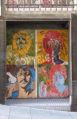 Fototapeta SALAMANCA, HISZPANIA - OKOŁO CZERWCA 2015: Portret artystów Beatlesowskich przez Richarda Avedona (1967), reprodukowany na drzwi klubu nocnego z graffiti