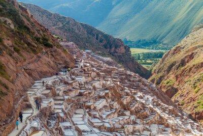 Fototapeta Salinas, Peru - 21 maja 2015: Turyści odwiedzają patelnie wydobycia soli (Salinas) w Świętej Dolinie Inków, Peru