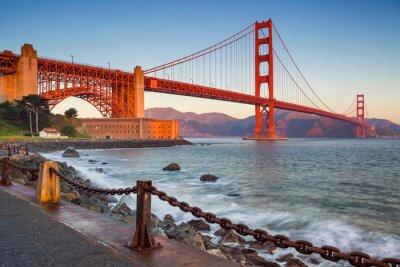 Fototapeta San Francisco. Obraz z Golden Gate Bridge w San Francisco w Kalifornii podczas wschodu słońca.