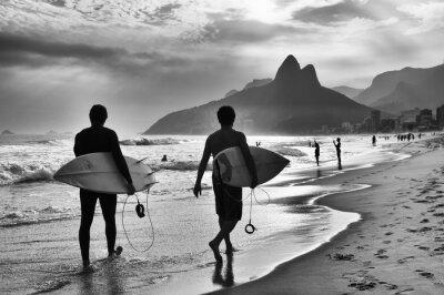 Fototapeta Scenic czarno-biały widok z Rio de Janeiro, w Brazylii z brazylijskim surferów spaceru wzdłuż brzegu plaży Ipanema