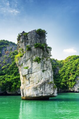 Fototapeta Scenic filar skalny i lazurowe wody w Ha Long Bay, Wietnam