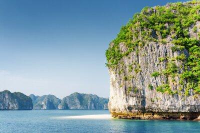 Fototapeta Scenic Kras tower-Isle i bieli dzikiej plaży w zatoce Ha Long