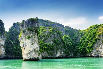 Fototapeta Scenic widok filaru skalnego i krasowych wysp w zatoce Ha Long