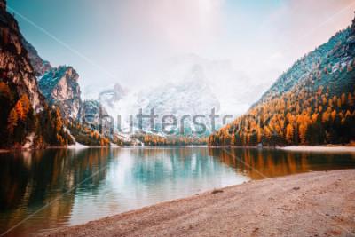 Fototapeta Sceniczny wizerunek wysokogórski jeziorny Braies (Pragser Wildsee). Lokalizacja miejsce Park Narodowy Dolomiti Fanes-Sennes-Braies, Włochy, Europa. Świetny obraz dzikich zwierząt. Odkryj piękno ziemi.
