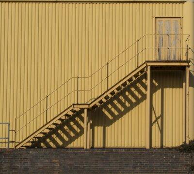 Fototapeta Schody prowadzące całej ścianie metalowej sidinf.