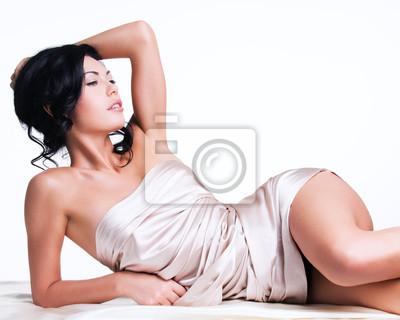 Fototapeta Sensual młoda kobieta z pięknym ciałem w beżowym jedwabiu
