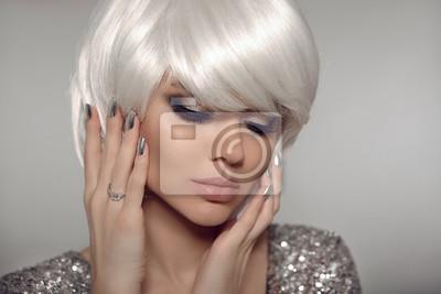 Sexy Blond Moda Z Bob Krótkie Fryzury I Manicure Lakier Do Paznokci