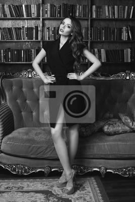 3accaf4036 Fototapeta Sexy pi  Kna kobieta z brunetka ma na sobie czarne wrap sukienka  i stwarzaj