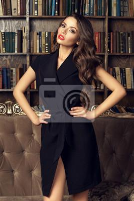 72998827af Fototapeta Sexy pi  Kna kobieta z brunetka ma na sobie czarne wrap sukienka  i stwarzaj