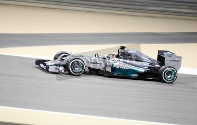 Fototapeta Shakir, Bahrajn - 04 kwietnia: Lewis Hamilton z wyścigów Mercedes podczas sesji treningowej w piątek, 04 kwietnia 2014, Formuła 1 Gulf Air Bahrain Grand Prix 2014