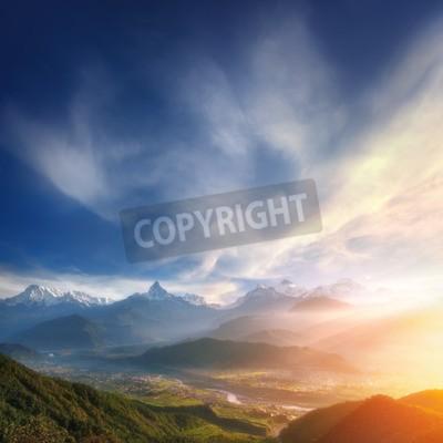 Fototapeta Shangri-La. Piękne wschód słońca nad doliną u podnóży gór snowy.