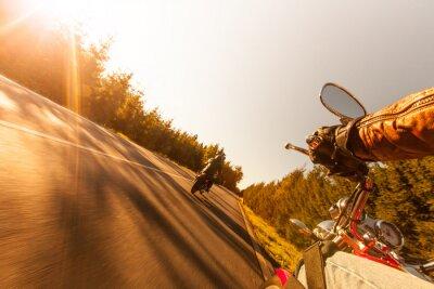 Fototapeta Siedzenie Człowiek na motocyklu na drodze leśnej.