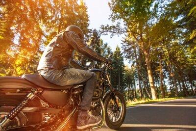 Fototapeta Siedzisko człowiek na motocyklu na drodze w lesie.