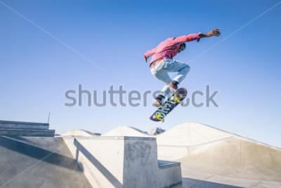 Fototapeta Skater robi sztuczkę w skate parku