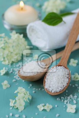 Skład Spa z solą morską w drewnianą łyżką, ręcznik, białych kwiatów i płonących świec na niebieskim powierzchni drewnianych, aromaterapii i koncepcja pielęgnacji skóry