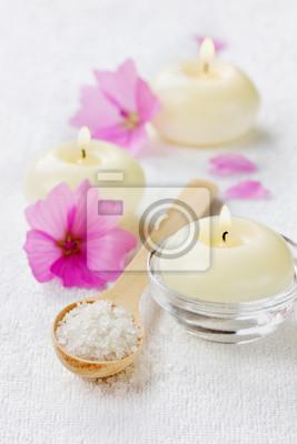 Fototapeta Skład spa z soli morskiej, różowych kwiatów i płonących świec