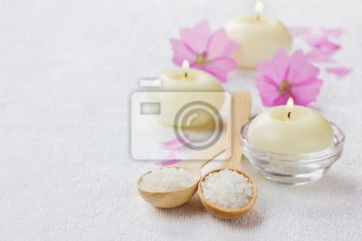 Skład spa z soli morskiej, różowych kwiatów i płonących świec