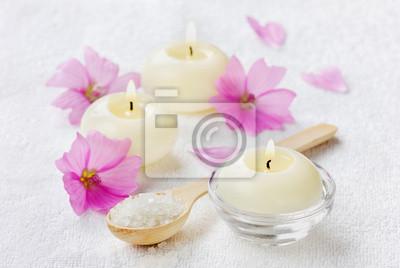 Skład spa z soli morskiej w łyżka, kwiatów i świec