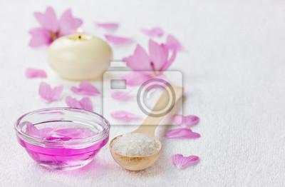 Skład spa z soli morskiej w łyżka, różowe płatki i candl