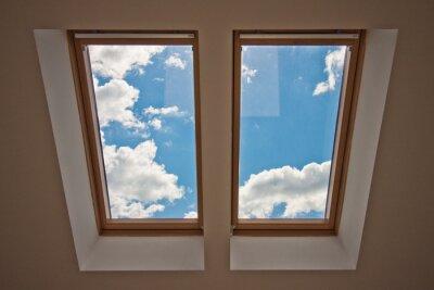 Fototapeta Skylary. Widok z okna. Widok nieba z okna. Okno na dachu. Słońce przez okno na poddaszu. Światło w domu