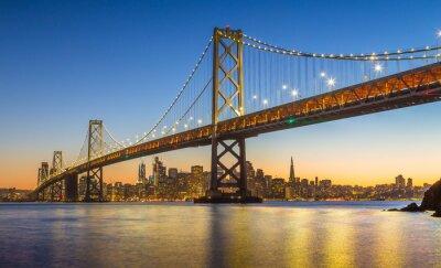 Fototapeta Skyline San Francisco z Oakland Bay Bridge w półmroku, Kalifornia, USA