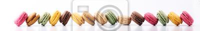 Fototapeta Słodcy i kolorowi francuscy macaron na białym tle lub macaroons, deser