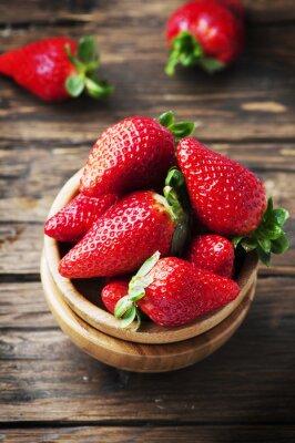Fototapeta Słodkie czerwone truskawki na drewnianym stole