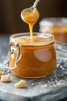 Fototapeta Słoik domowej roboty sos solony karmelowy.