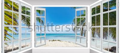 Fototapeta słoneczny letni dzień widok z okna na plaży z palmą