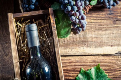 Fototapeta Smaczne czerwone wino w drewnianym pudełku