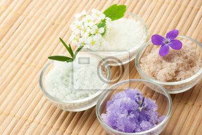 Fototapeta Sól do kąpieli z kwiatami