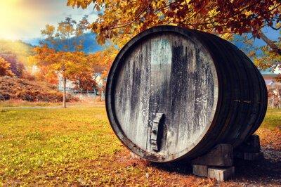 Fototapeta Spadek krajobraz z starej drewnianej beczce wina