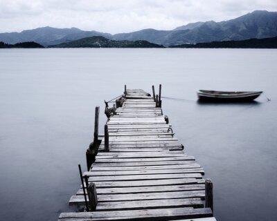 Fototapeta spojrzeć na molo i łodzi, nasycenia niski