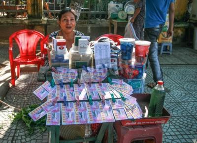 Fototapeta Sprzedawca loterii w starożytnego miasta Hoi An, Wietnam