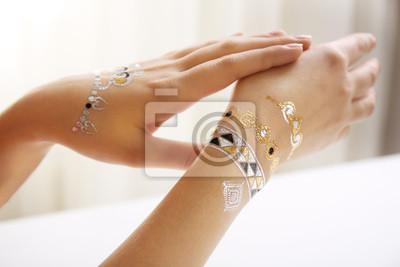 Fototapeta Srebrne I Złote Flash Tatuaż Na Rękach Kobiet Na Białym Tle