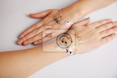 Srebrne I Złote Flash Tatuaż Na Rękach Kobiet Na Białym Tle