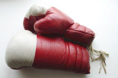 Fototapeta Stare rękawice bokserskie czerwony i biały na jasnym tle